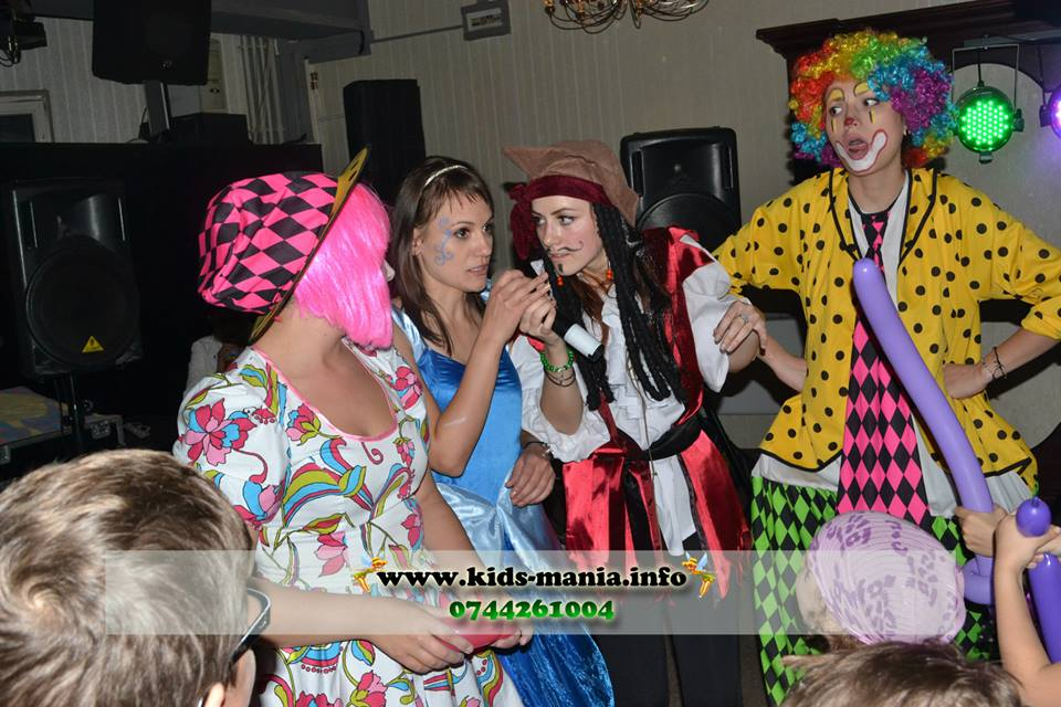 Costumatii animatori petreceri pentru copii Piatra Neamt, firma organizari evenimente, clowni, mickey mouse, minnie mouse, mascote disney, printese, zane, elfi
