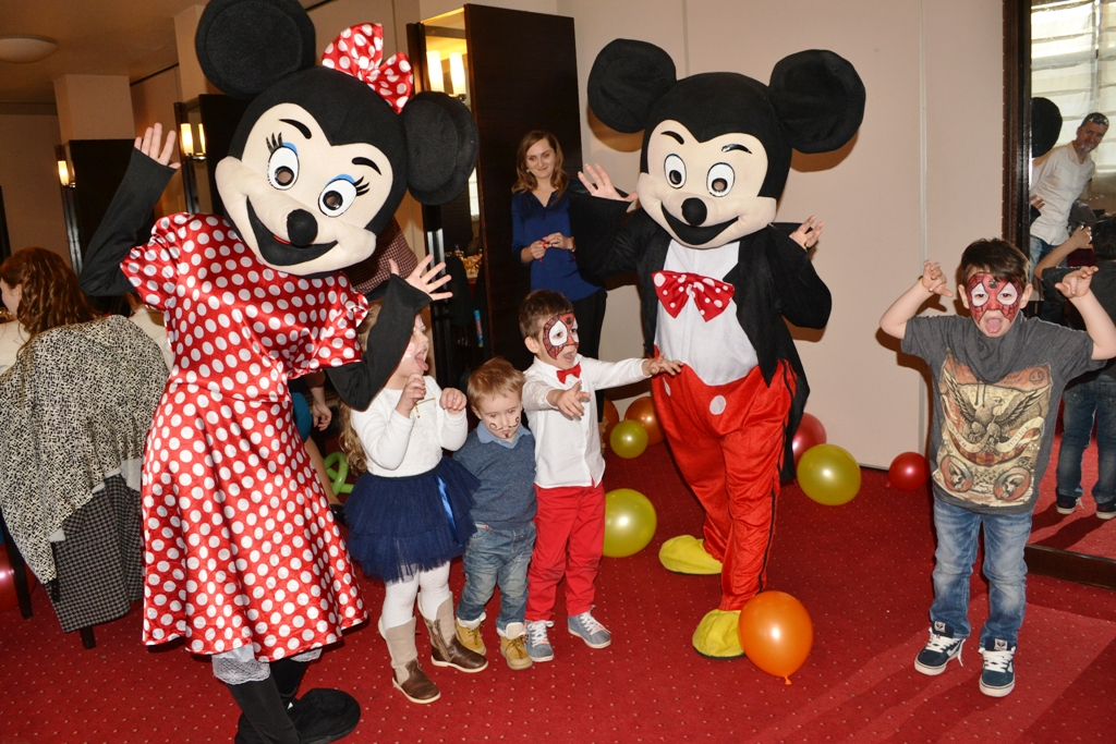 Mascotele Mickey si Minnie Mouse la petrecerea de taiere de mot in Vaslui si Iasi